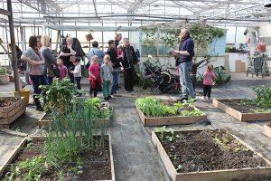 Les bénévoles de l'association sensibilisent les visiteurs dans la grande serre familiale